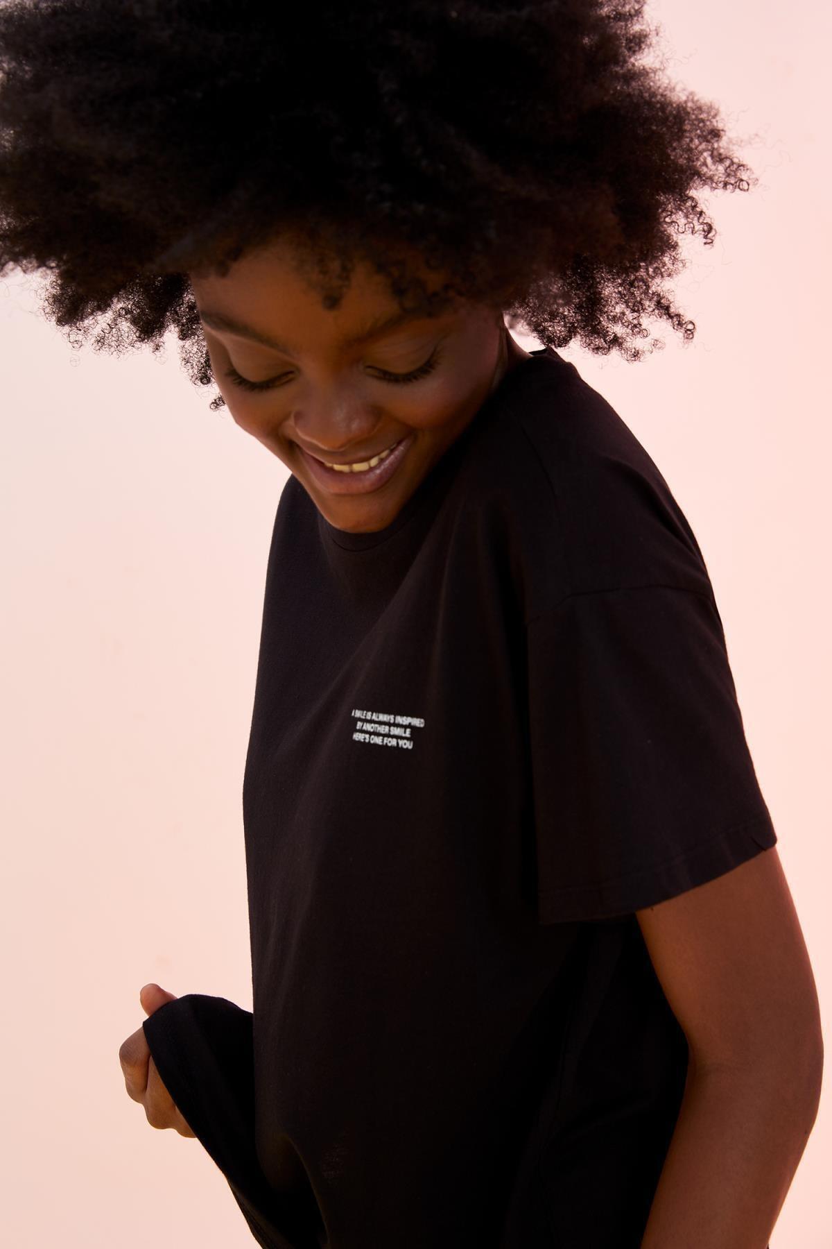 Kadın Siyah Minimal Yazı Baskılı Organik PamukluOversize FitTişört T7793AZ21SMBK