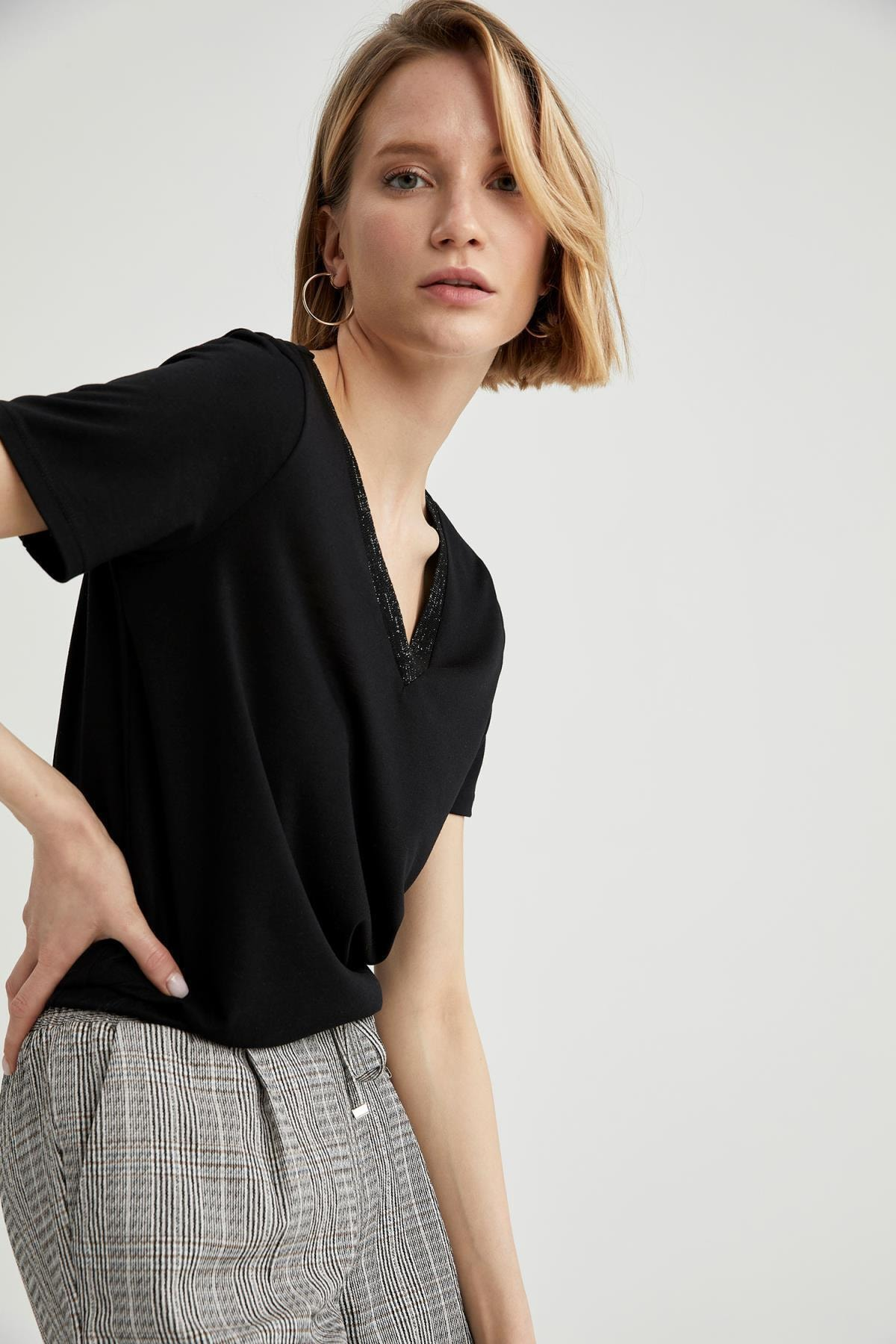 V Yaka Basic Relax Fit Tişört