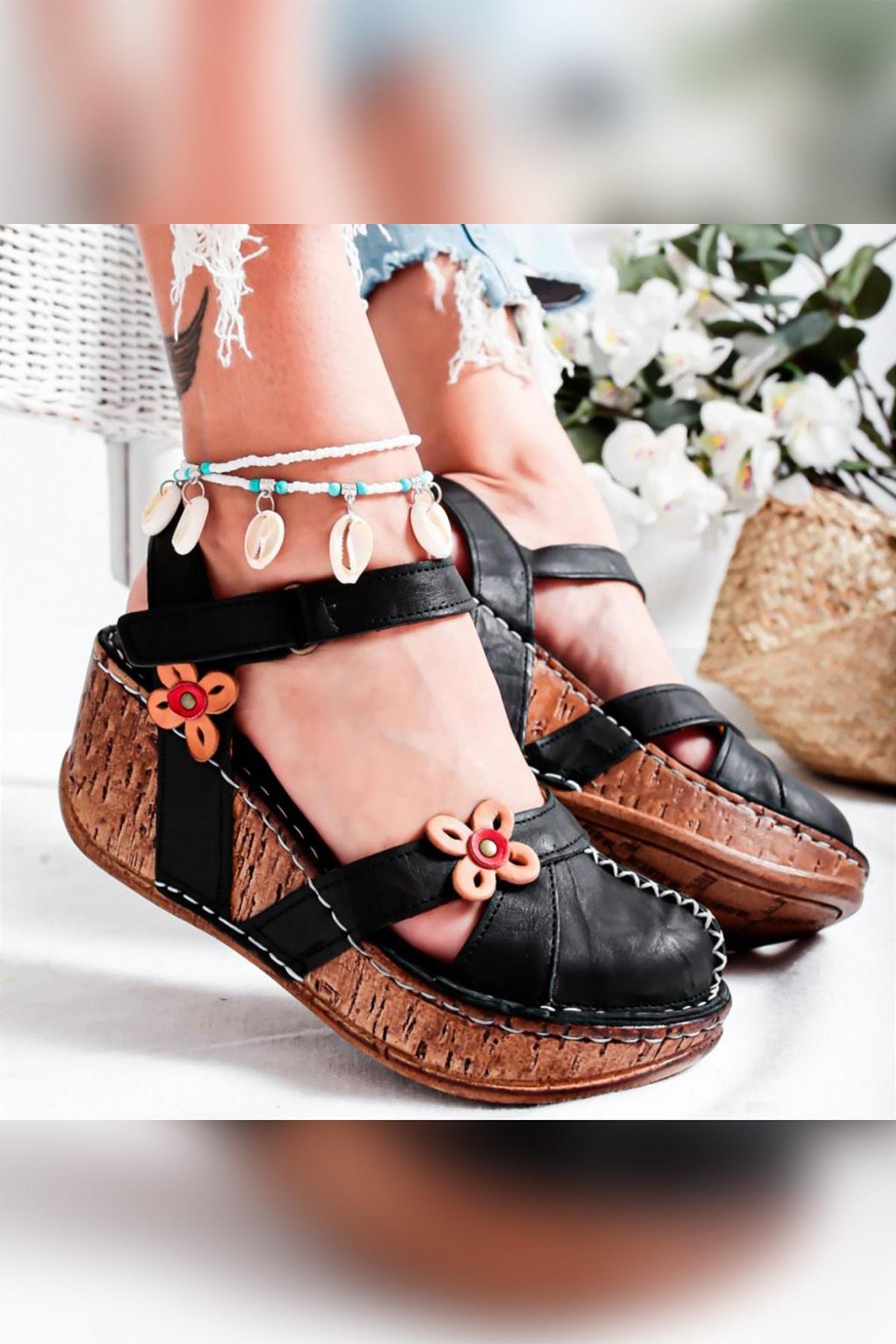 Katlyn Siyah Hakiki Deri Çiçek Detaylı Burnu Kapalı Dolgu Topuklu Sandalet