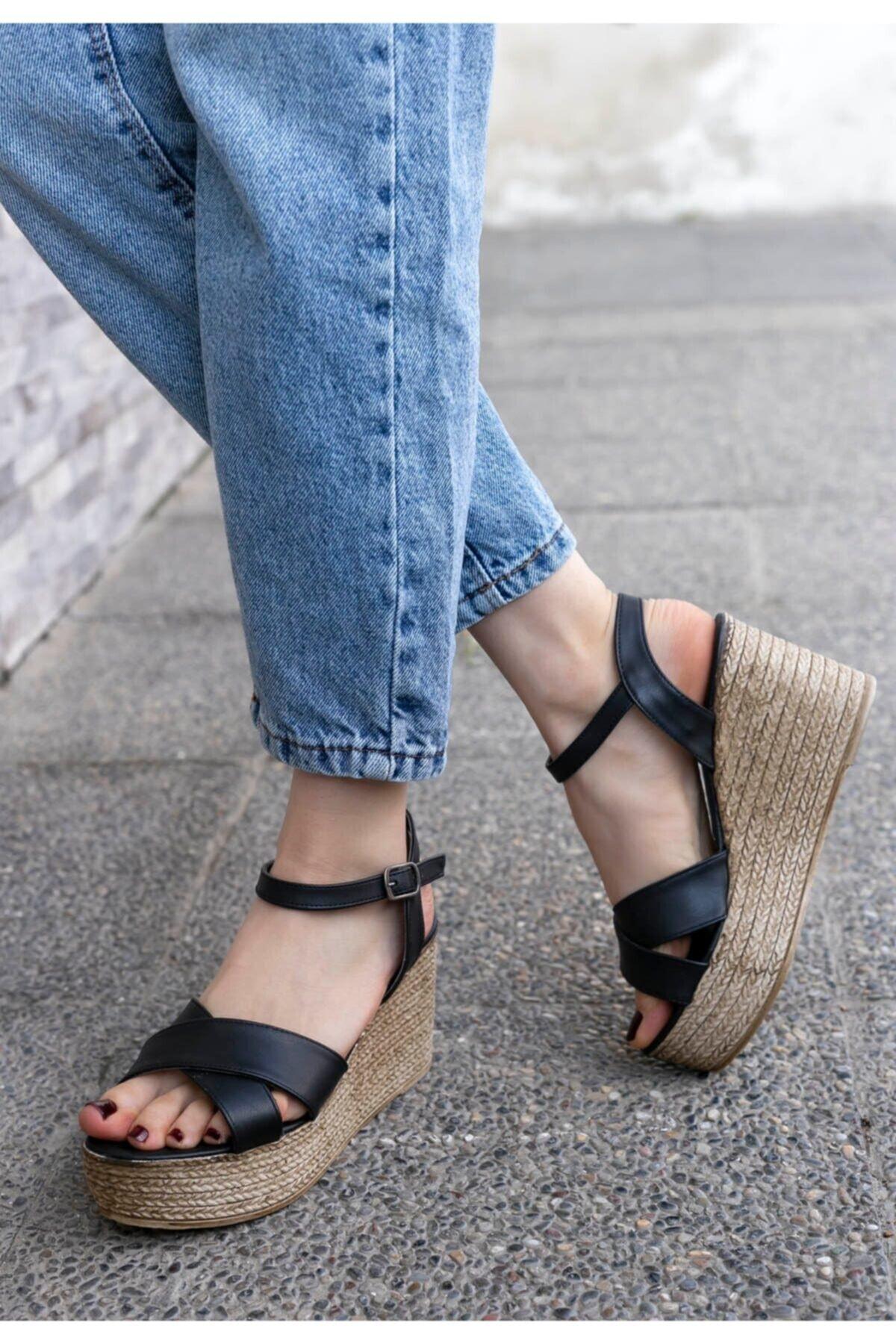 Merkatik Kadın Açela Siyah Cilt Dolgu Topuk Sandalet