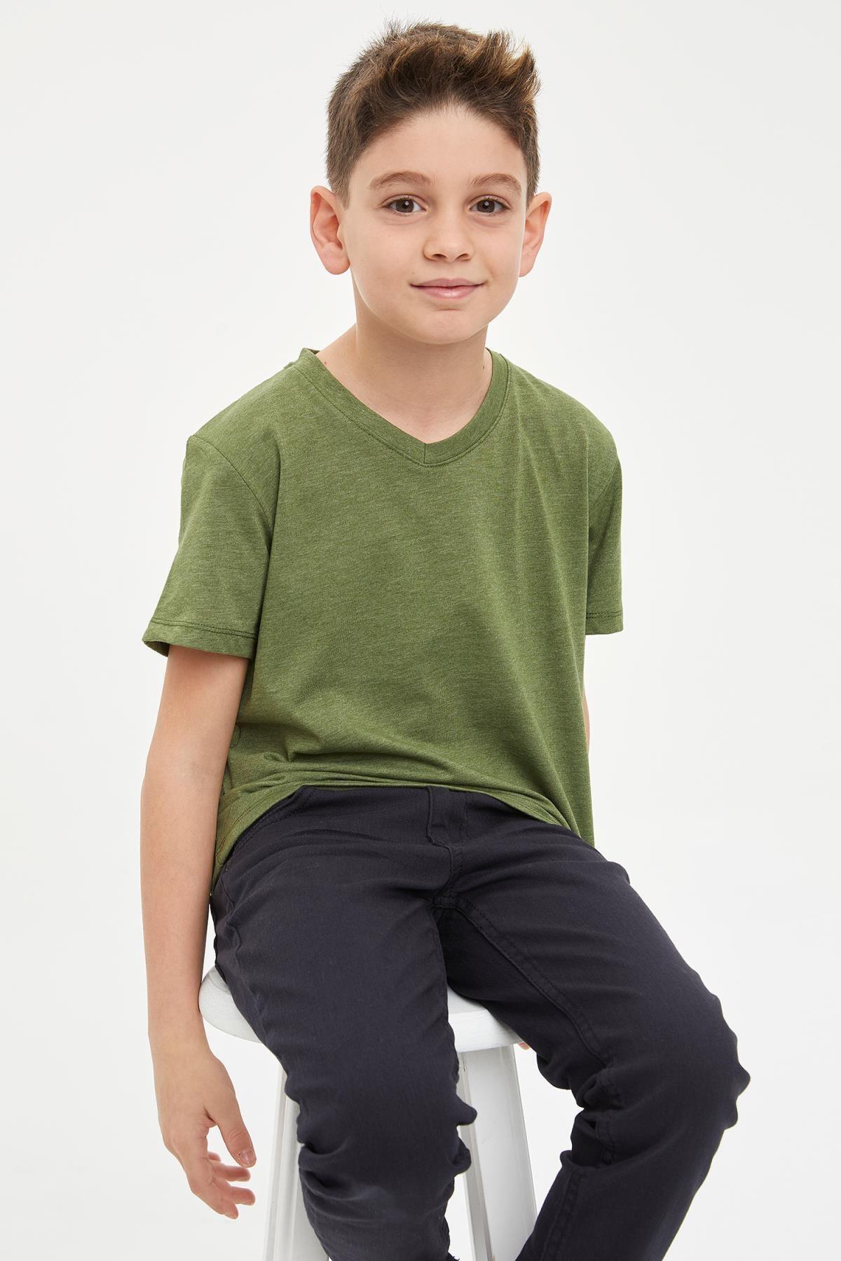 Erkek Çocuk V Yaka Cepsiz Tekli Kısa Kollu Kısa Kollu Tişört