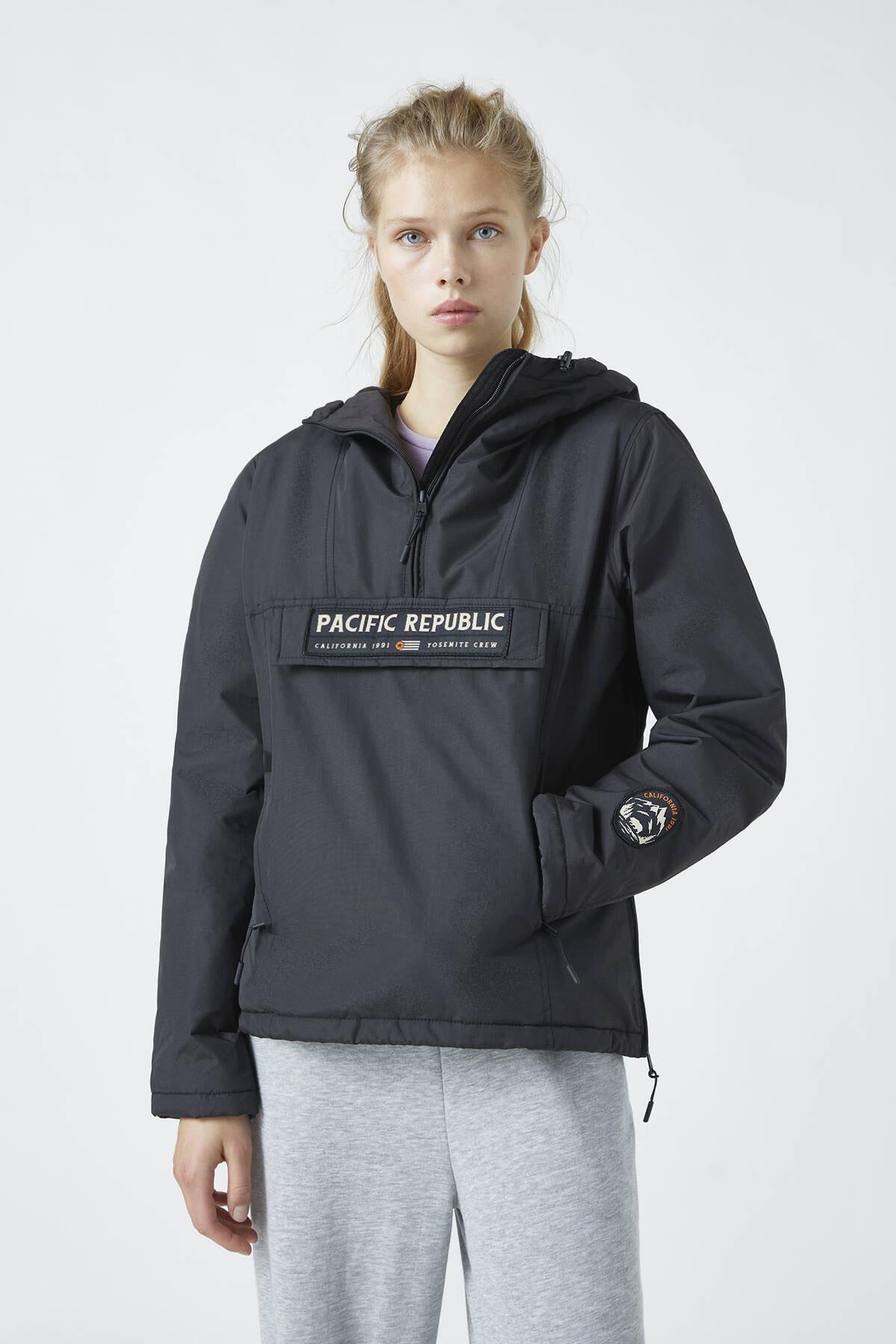 "Pull & Bear Kadın Siyah ""Pacific Republic"" Logo Baskılı Kanguru Mont 09710333 0"