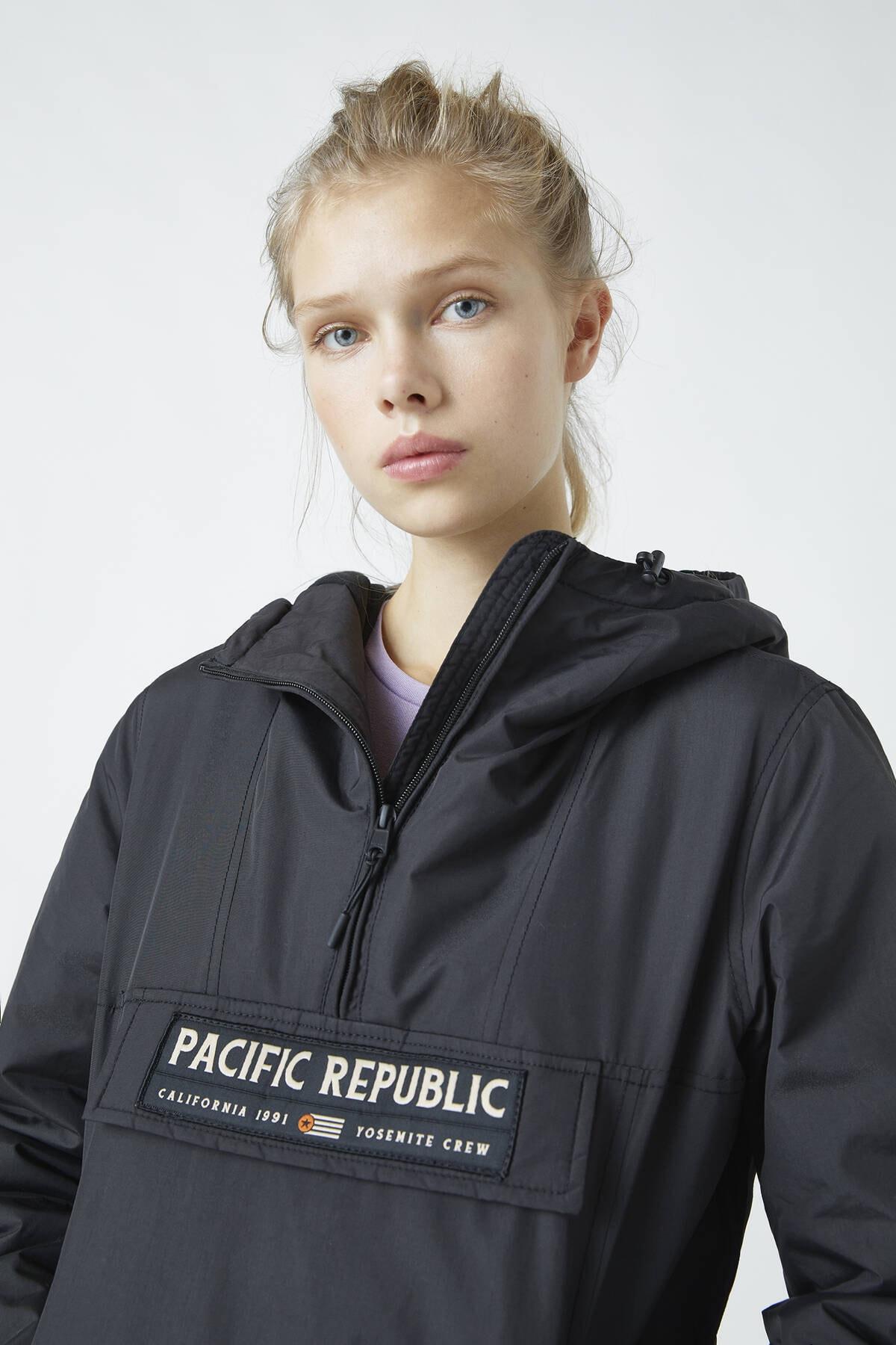 "Pull & Bear Kadın Siyah ""Pacific Republic"" Logo Baskılı Kanguru Mont 09710333 4"