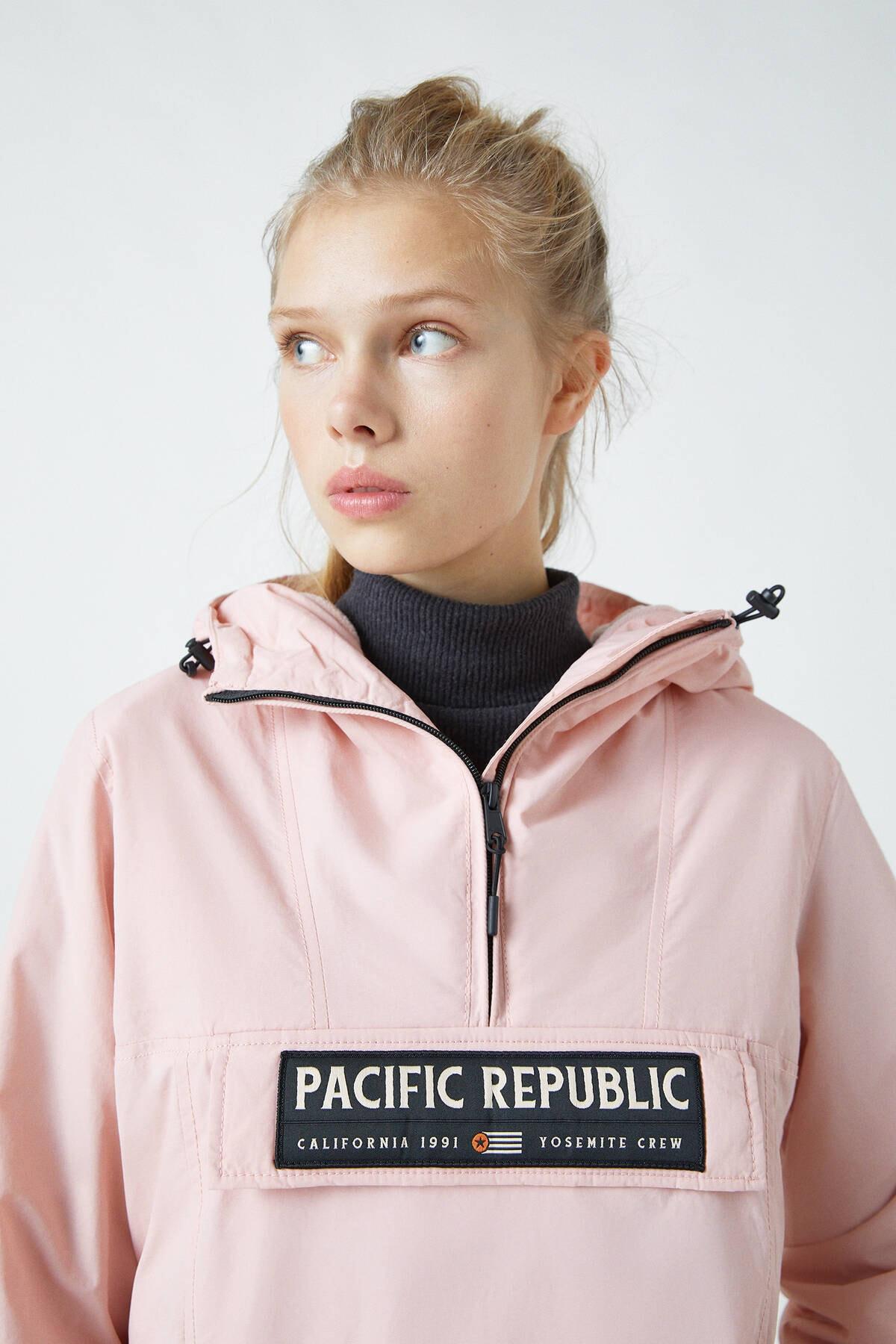 """Pull & Bear Kadın Soluk Pembe """"Pacific Republic"""" Logo Baskılı Kanguru Mont 09710333 4"""