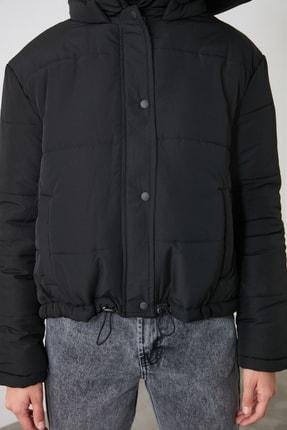 TRENDYOLMİLLA Siyah Kapüşonlu Fermuarlı Şişme Mont TWOAW21MO0144 3