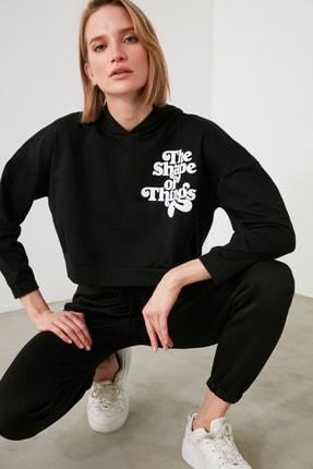TRENDYOLMİLLA Siyah Baskılı ve Kapüşonlu Örme Sweatshirt TWOAW21SW1914 3