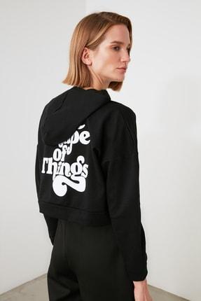TRENDYOLMİLLA Siyah Baskılı ve Kapüşonlu Örme Sweatshirt TWOAW21SW1914 1