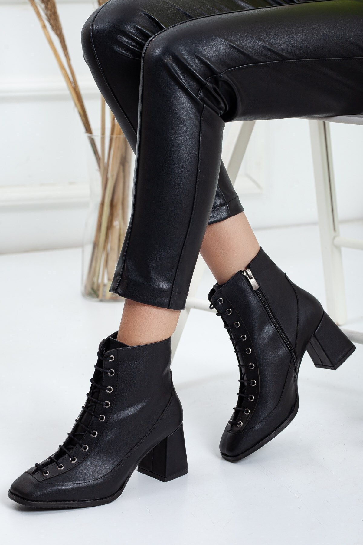 Dilimler Ayakkabı Bağcıklı Siyah Kadın Topuklu Bot