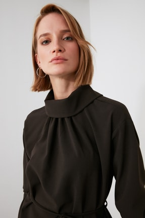 TRENDYOLMİLLA Kahverengi Kuşaklı Yaka Detaylı Bluz TWOAW21BZ1287 1