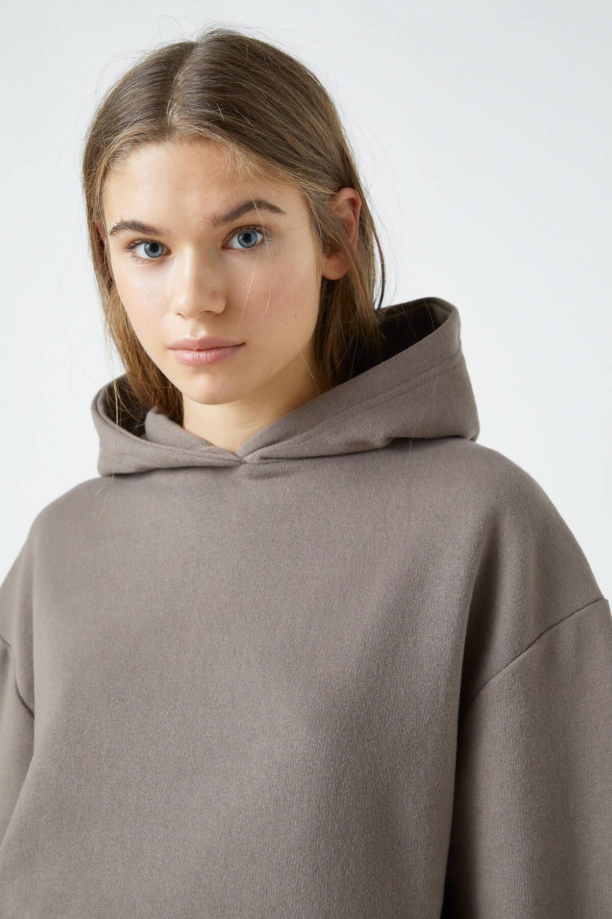 Pull & Bear Kadın Boz Gri Elastik Kenarlı Kapüşonlu Sweatshirt 04591309 4