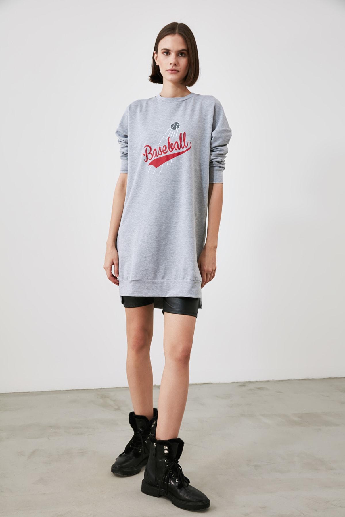 TRENDYOLMİLLA Gri Baskılı Uzun Oversize Örme Sweatshirt TWOAW21SW1920