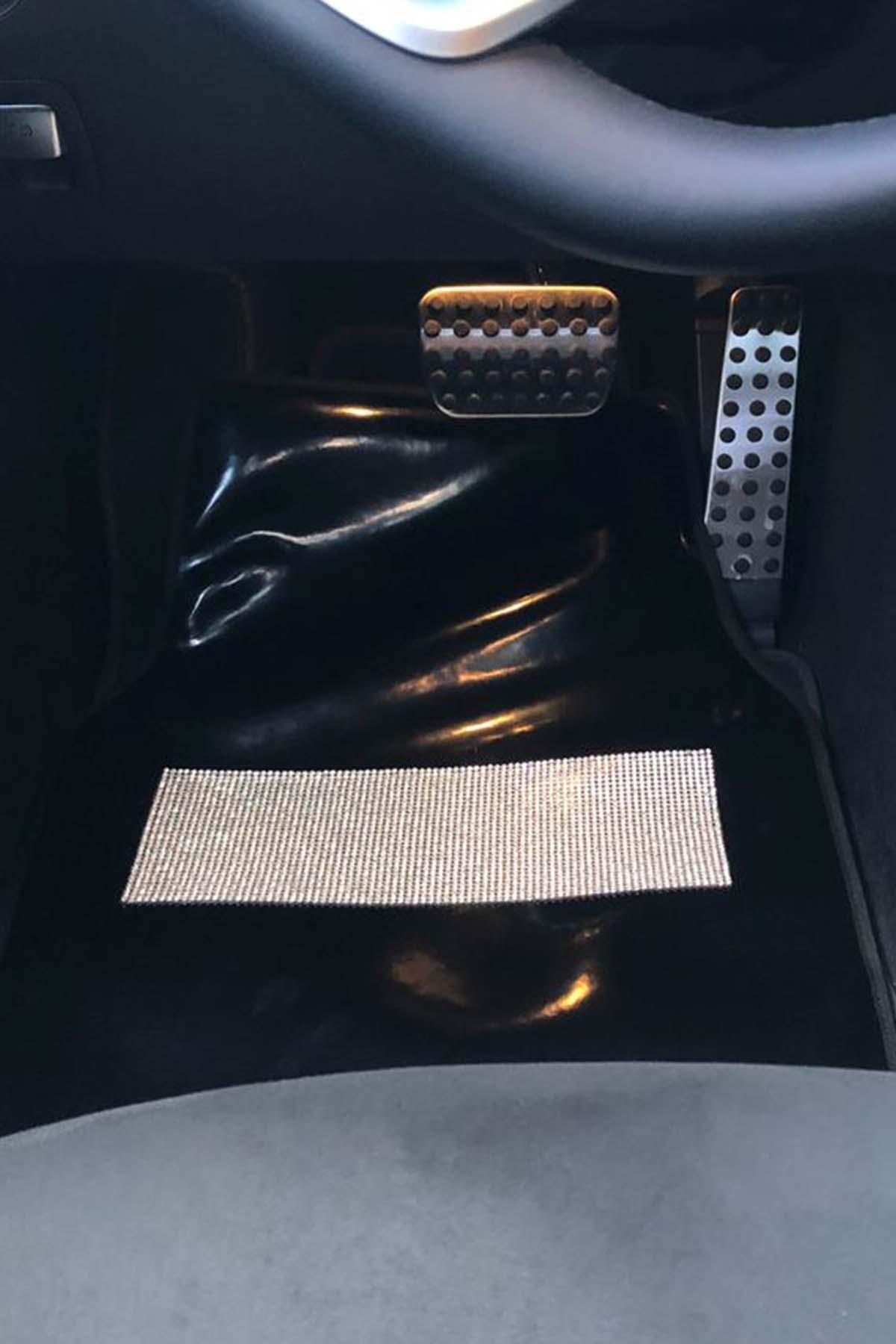 Arabasına Aşıklar Kulübü Gümüş Taşlı Parlak Siyah Araç Paspas Takımı