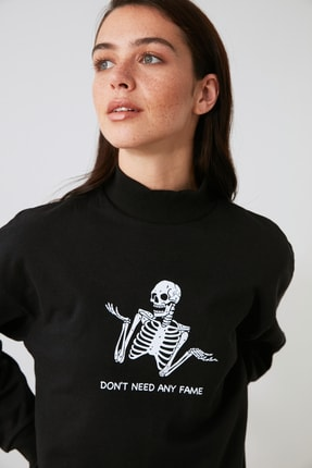 TRENDYOLMİLLA Siyah Baskılı Örme Sweatshirt TWOAW21SW1338 1