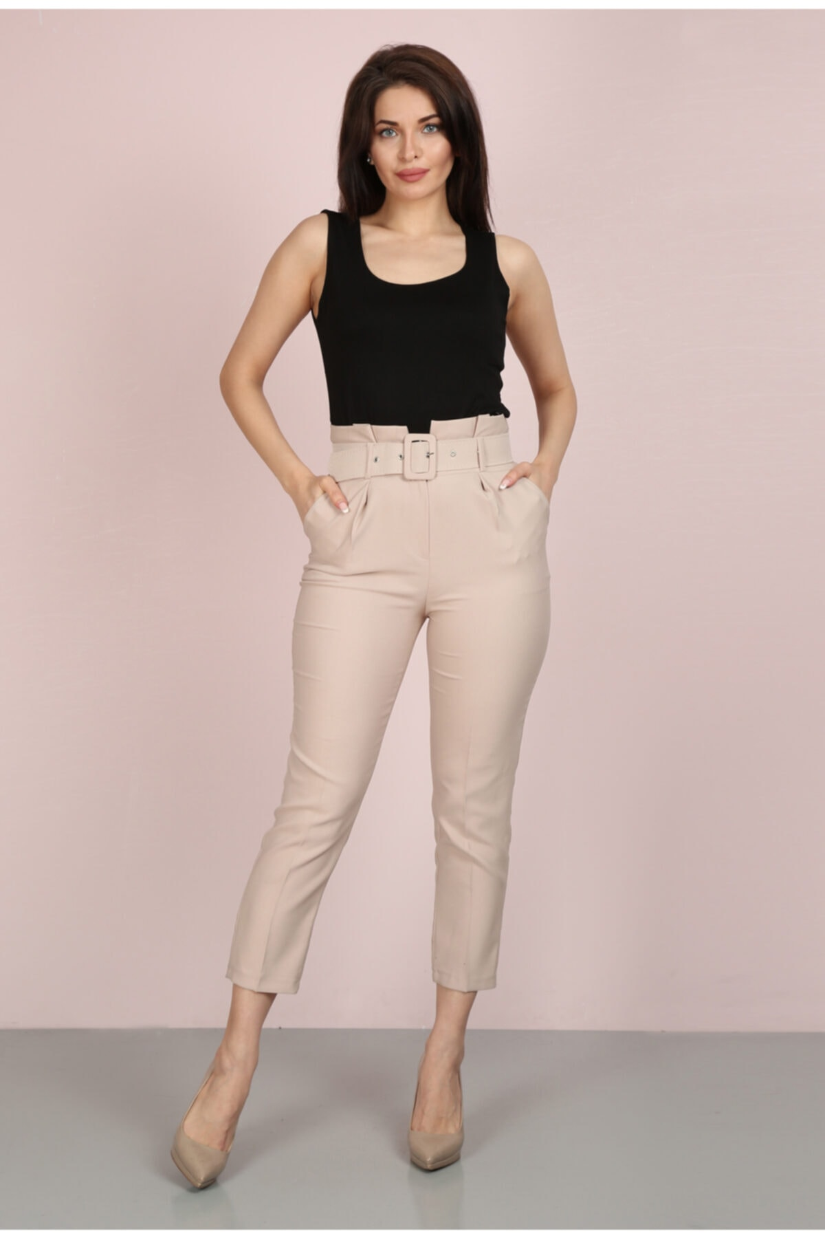 Kadın Bej Havuç Pileli Kalın Kemerli Kumaş Pantolon