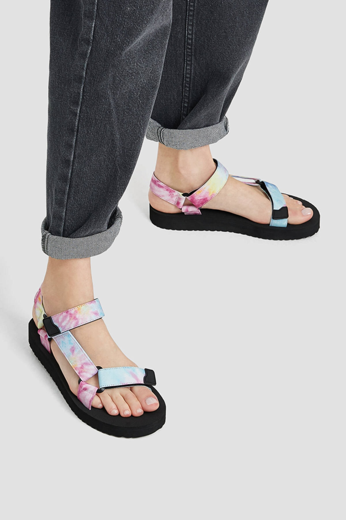Pull & Bear Kadın Renkli Düz Bantlı Ve Tokalı Batik Desenli Sandalet 11704740 1