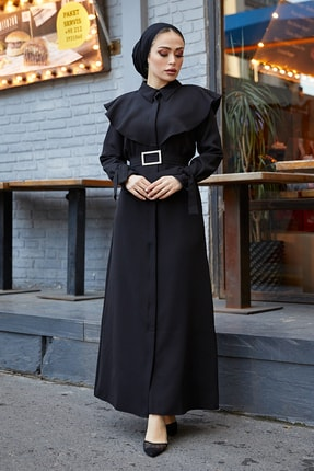 TUBA MUTİOĞLU Pelerinli Siyah Kemer Tokalı Bağlama Detaylı Ferace Elbise 1