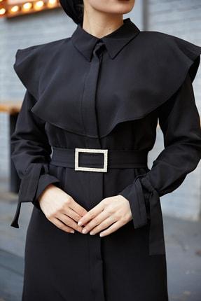 TUBA MUTİOĞLU Pelerinli Siyah Kemer Tokalı Bağlama Detaylı Ferace Elbise 4