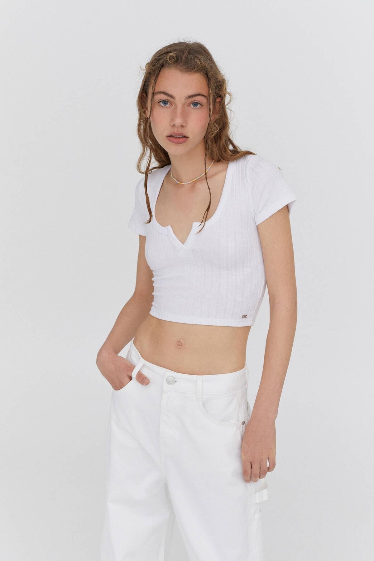 Pull & Bear Kadın Açıklık Detaylı Yakalı T-shirt 0