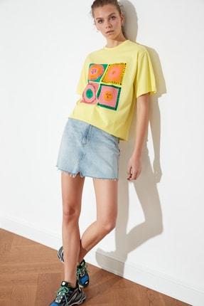 TRENDYOLMİLLA Sarı Baskılı Boyfriend Örme T-Shirt TWOSS21TS1851 2