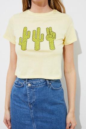 TRENDYOLMİLLA Sarı Baskılı Crop Örme T-Shirt TWOSS21TS2445 1