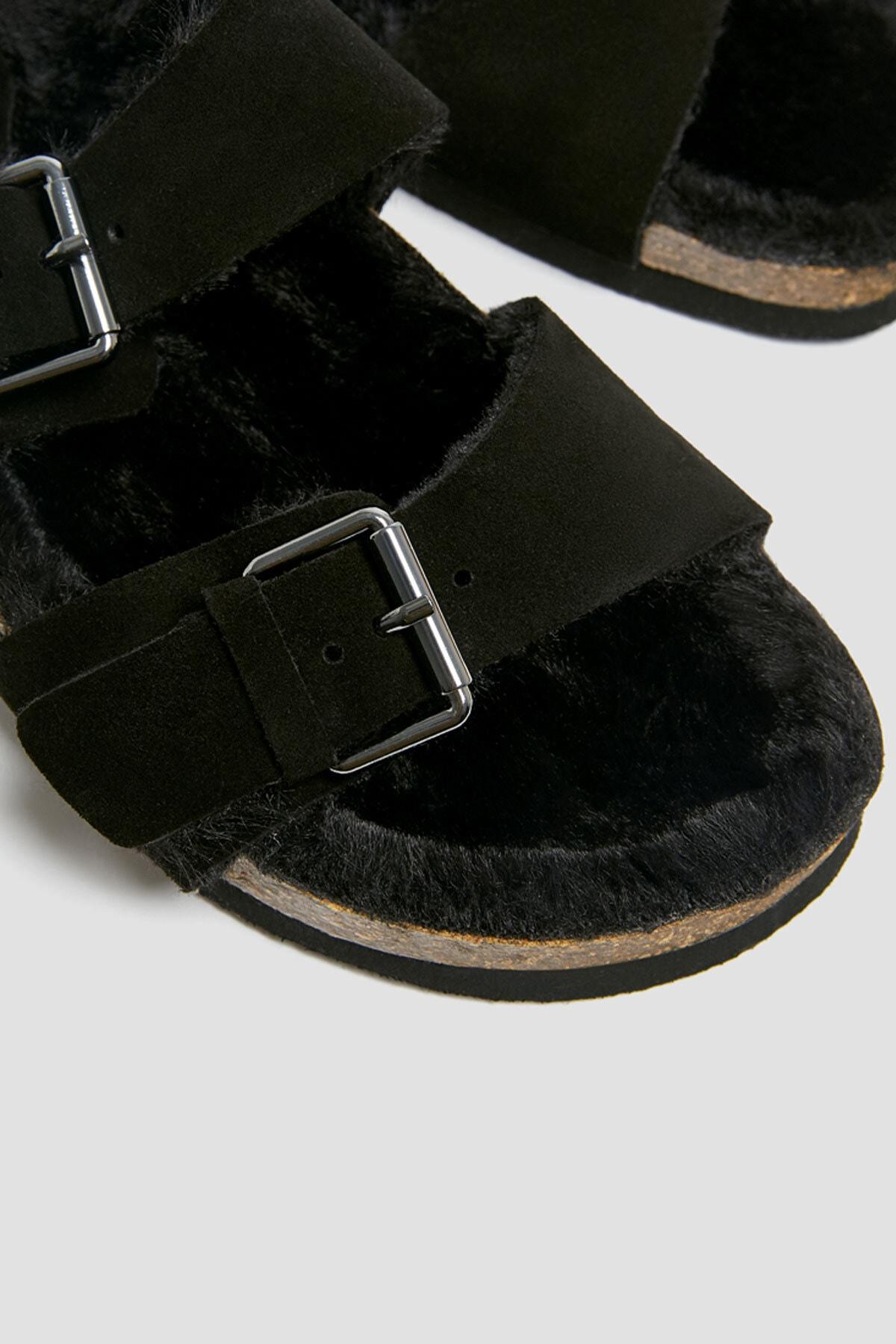 Pull & Bear Kadın Siyah Tokalı Suni Kürklü Düz Terlik 11406640 1