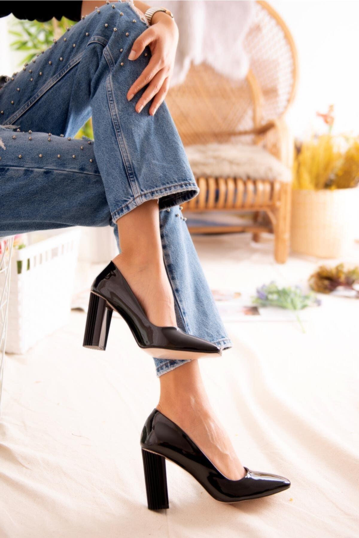 Jilberto Lainey Siyah Parlak Rugan Topuk Detaylı Ayakkabı