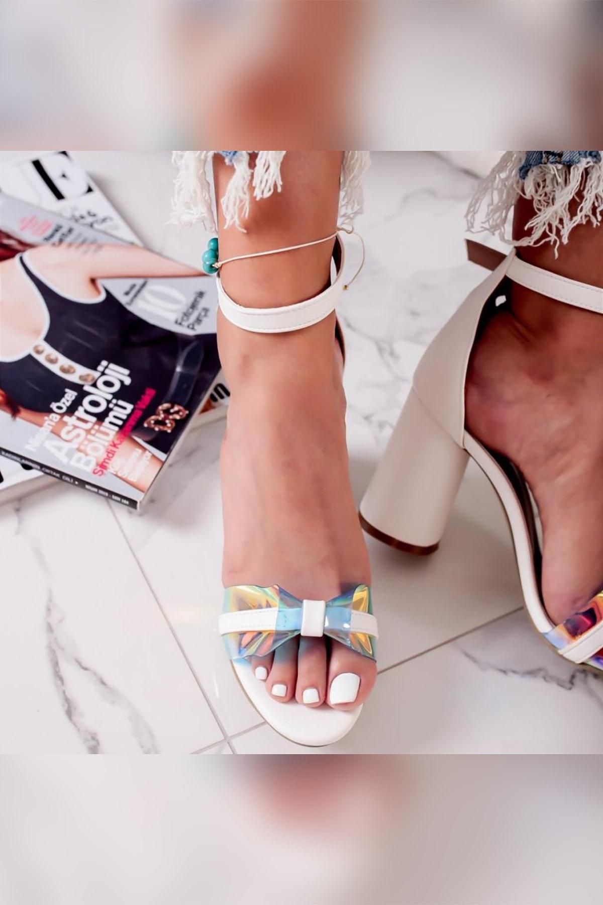 Kadın Beyaz Şeffaf Hologram Bantlı Yılan Detaylı Kalın Topuklu Ayakkabı