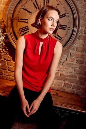 Journey Kadın Kırmızı Pile Detaylı Dik Yaka Yaka Üstü Gold Aksesuarlı Ön V Damla Kolsuz Bluz 19KBLZ485 1