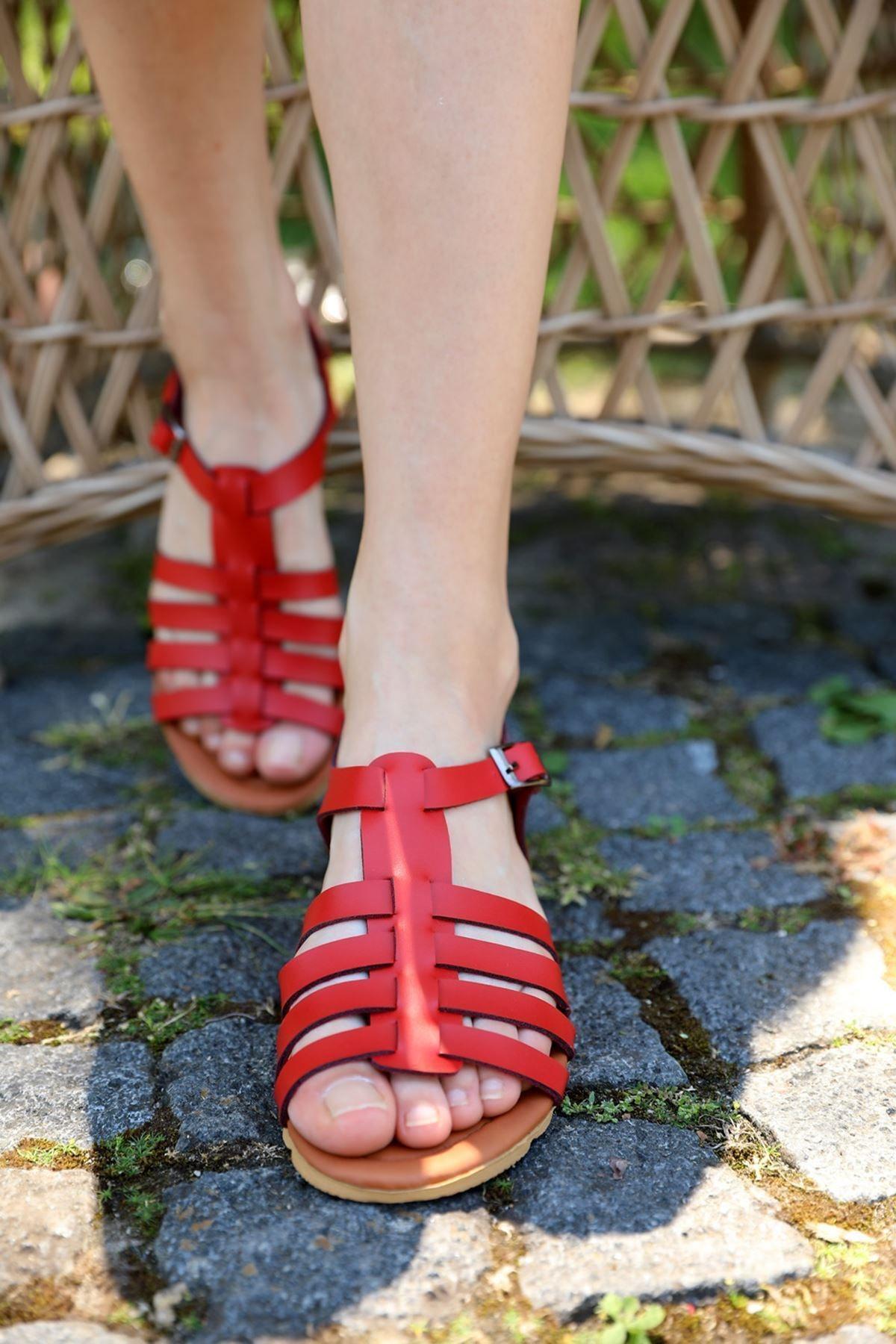 metropol tekstil Kadın Kırmızı Bantlı Kemerli Sandalet
