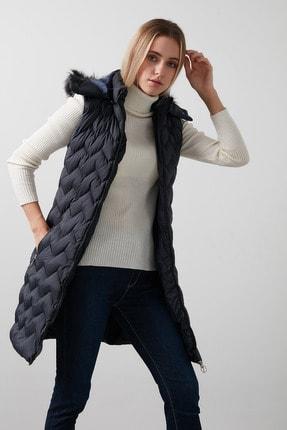 تصویر از Yakası Suni Kürklü Çıkarılabilir Kapüşonlu Slim Fit Uzun Şişme Yelek Kadın Yelek 5761080