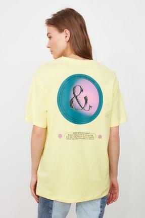 TRENDYOLMİLLA Sarı Baskılı Boyfriend Örme T-Shirt TWOSS21TS2099 1