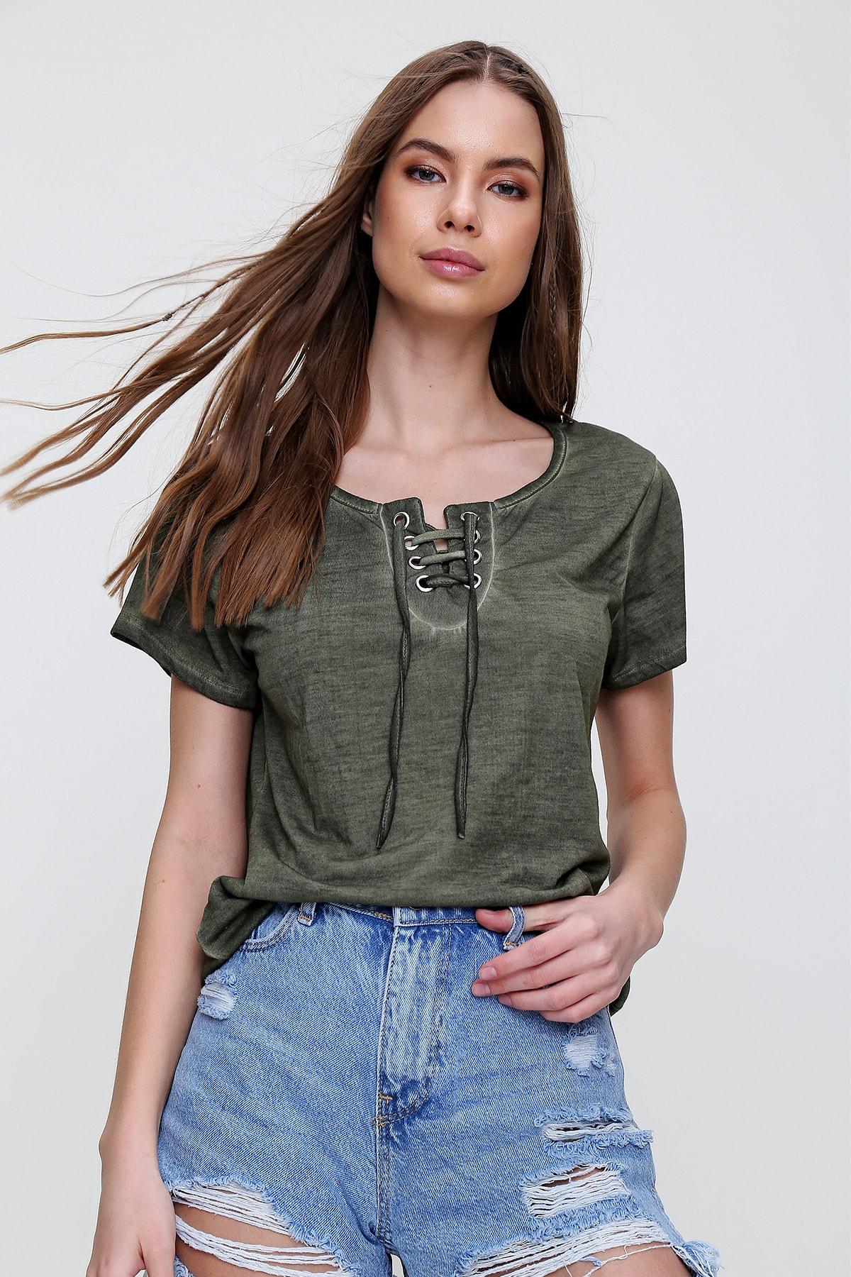 Trend Alaçatı Stili Kadın Haki Kuş Gözlü Yakası Bağcıklı Yıkamalı T-Shirt MDA-1127