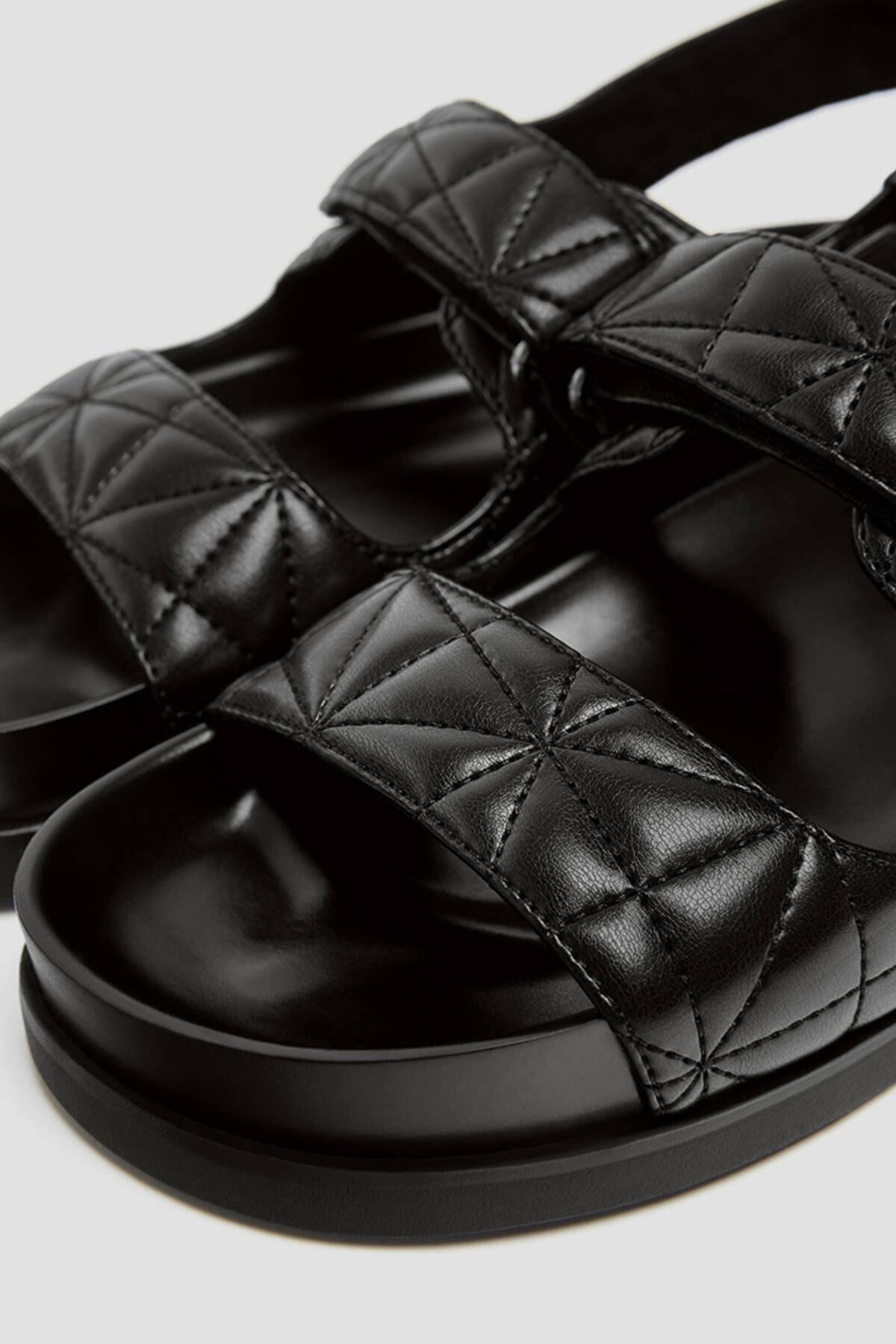 Pull & Bear Kadın Siyah Kapitone Bantlı Düz Sandalet 11418740 2