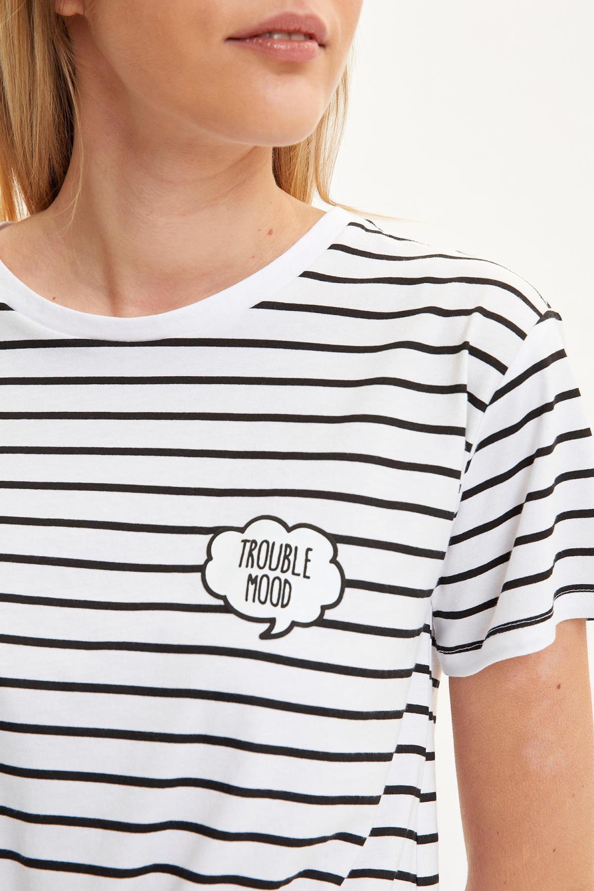 Çizgili Belden Bağlama Detaylı Nakış Işlemeli Kısa Kollu Tişört