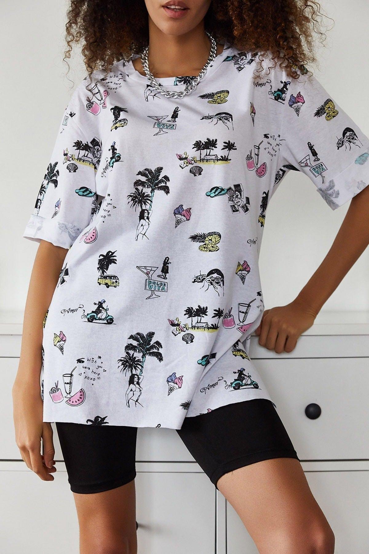 Kadın Ekru Baskılı Yandan Yırmaçlı Oversize Viskon T-shirt