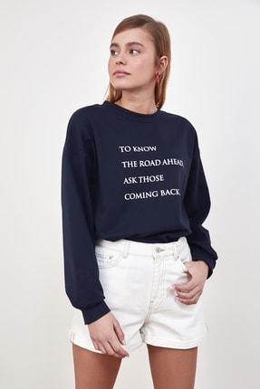 TRENDYOLMİLLA Lacivert Baskılı Örme Sweatshirt TWOSS21SW0125 2