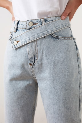 TRENDYOLMİLLA Mavi Asimetrik Kapamalı Yüksek Bel Mom Jeans TWOAW21JE0119 2