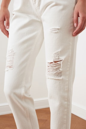 TRENDYOLMİLLA Beyaz Yırtık Detaylı Yüksek Bel Mom Jeans TWOSS20JE0437 3