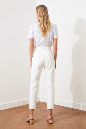 TRENDYOLMİLLA Beyaz Yırtık Detaylı Yüksek Bel Mom Jeans TWOSS20JE0437 4