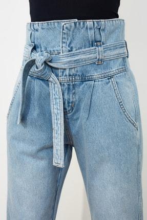 TRENDYOLMİLLA Açık Mavi Kemerli Beli Büzgülü Süper Yüksek Bel Mom Jeans TWOSS21JE0095 1