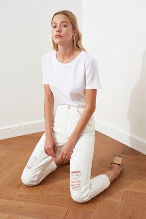 TRENDYOLMİLLA Beyaz Yırtık Detaylı Yüksek Bel Mom Jeans TWOSS20JE0437 1