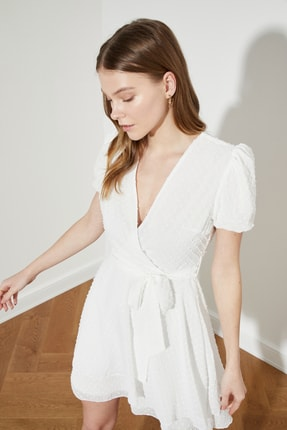 TRENDYOLMİLLA Beyaz Kuşaklı Dokulu Kumaşlı Elbise TWOSS21EL1202 1