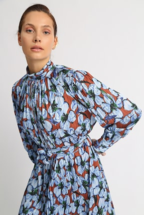 Esra İnceefe Kadın Piliseli Uzun Kollu Dik Yakalı Kuşaklı Uzun Çiçekli Elbise 4