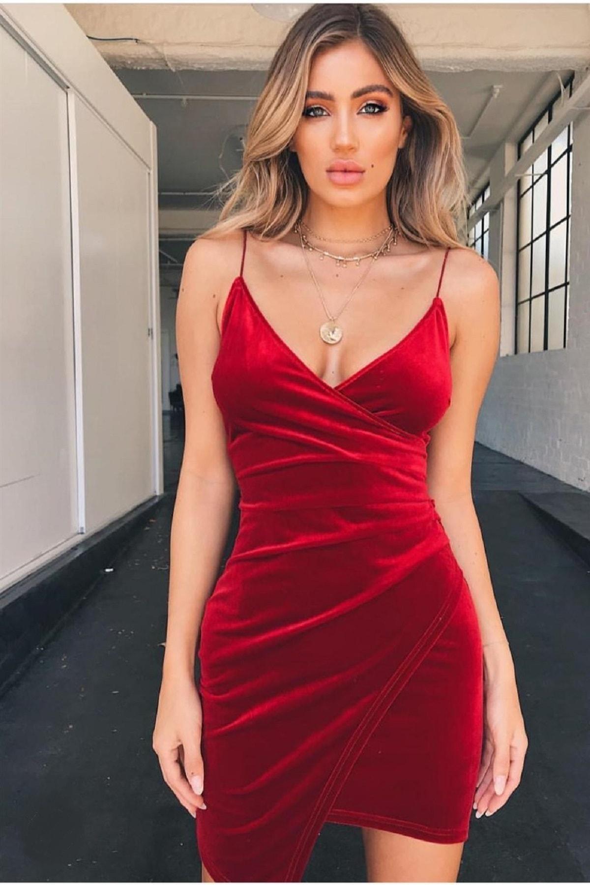 Kadın Kruvaze Yaka Detaylı Asimetrik Kesim Ince Askılı Kırmızı Kadife Mini Elbise