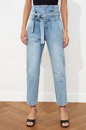 TRENDYOLMİLLA Açık Mavi Kemerli Beli Büzgülü Süper Yüksek Bel Mom Jeans TWOSS21JE0095 2