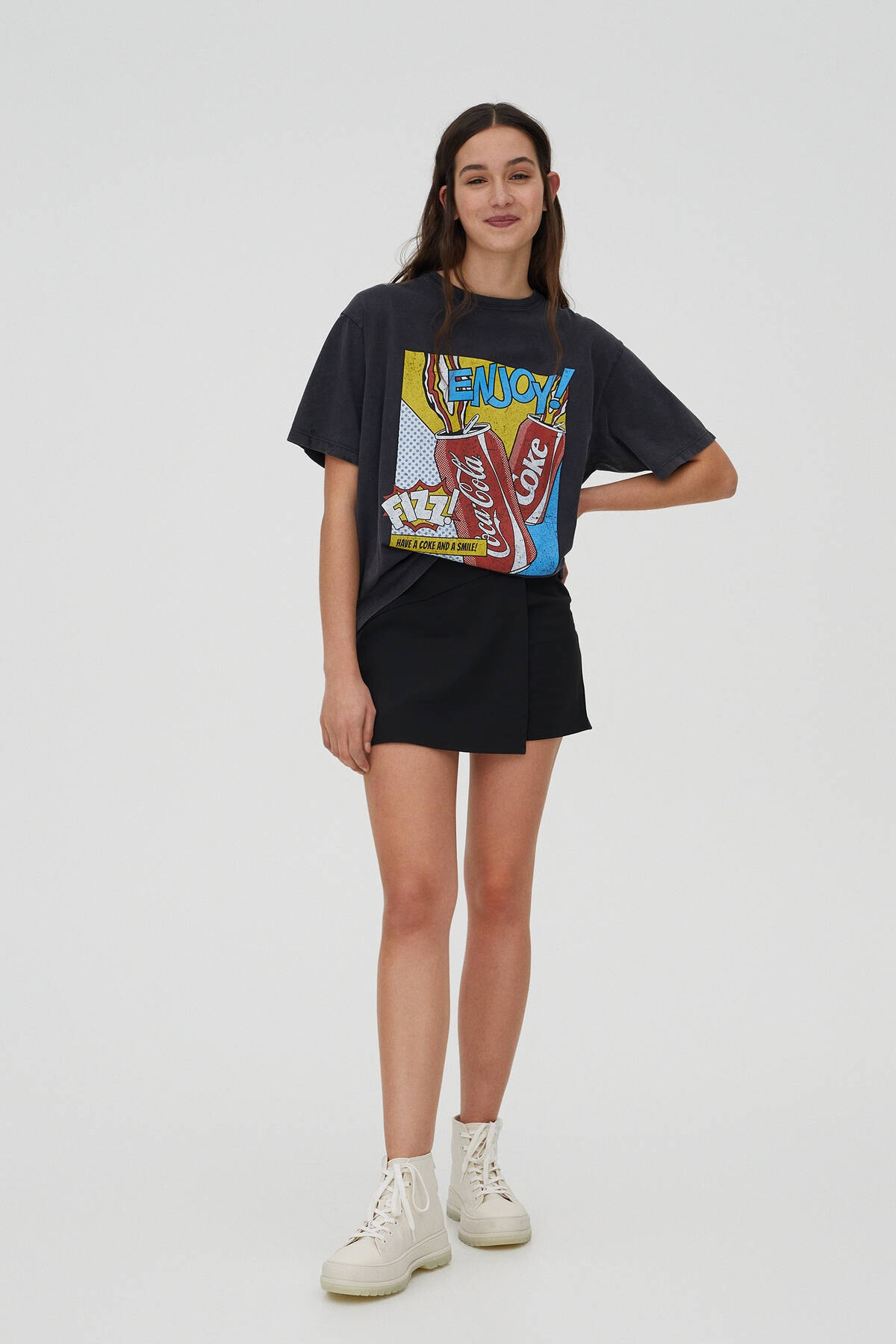 "Pull & Bear Kadın Soluk Siyah ""Enjoy!"" Sloganlı Coca-Cola T-Shirt 09247322 1"