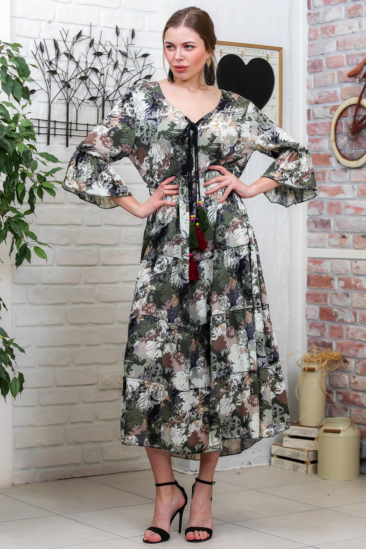 Chiccy Kadın Yeşil-Krem Suluboya Çiçek Desenli Püskül Bağcıklı Kat Kat Salaş Uzun Elbise M10160000EL95621 2