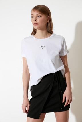 TRENDYOLMİLLA Beyaz Nakışlı Semifitted Örme T-Shirt TWOSS21TS0834 2