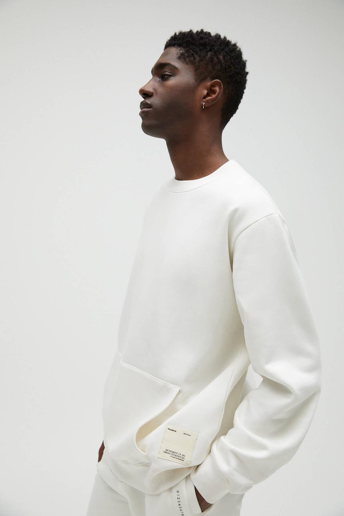 Pull & Bear Erkek Kırık Beyaz Cepli Logo İşlemeli Sweatshirt 04591561 1