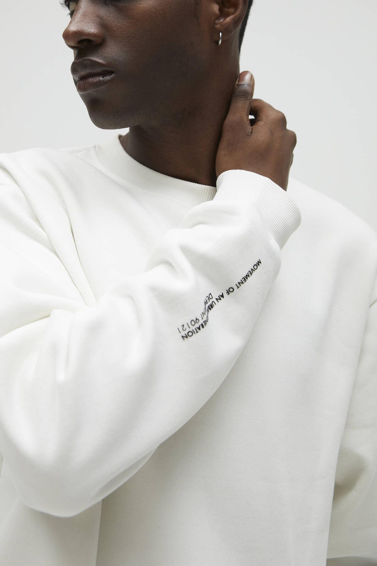 Pull & Bear Erkek Kırık Beyaz Cepli Logo İşlemeli Sweatshirt 04591561 4